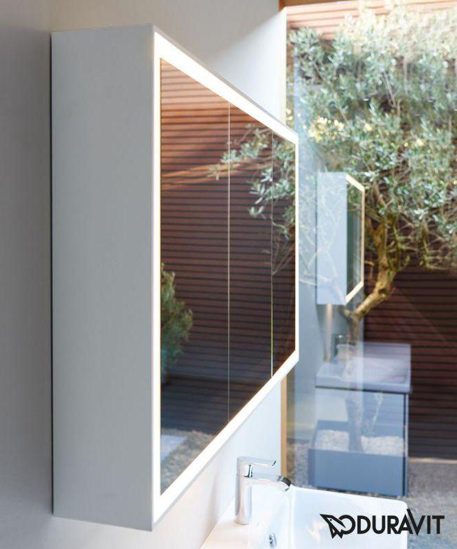 Duravit L-Cube: Der Spiegelschrank erfreut Sie mit 3 verspiegelten Türen und einer hochwertigen LED-Beleuchtung. Diese verläuft rund um die Spiegelflächen und bietet Ihnen so das richtige Licht zum Frisieren, Schminken und Rasieren. Zusätzlich ist sie per Sensorschaltung dimmbar, sodass Sie sie auch als dezente Badezimmerbeleuchtung nutzen können. Gleich 4 Einlegeböden im Inneren bieten ausreichend Platz für alle Badutensilien. #bad #badezimmer #reuterde