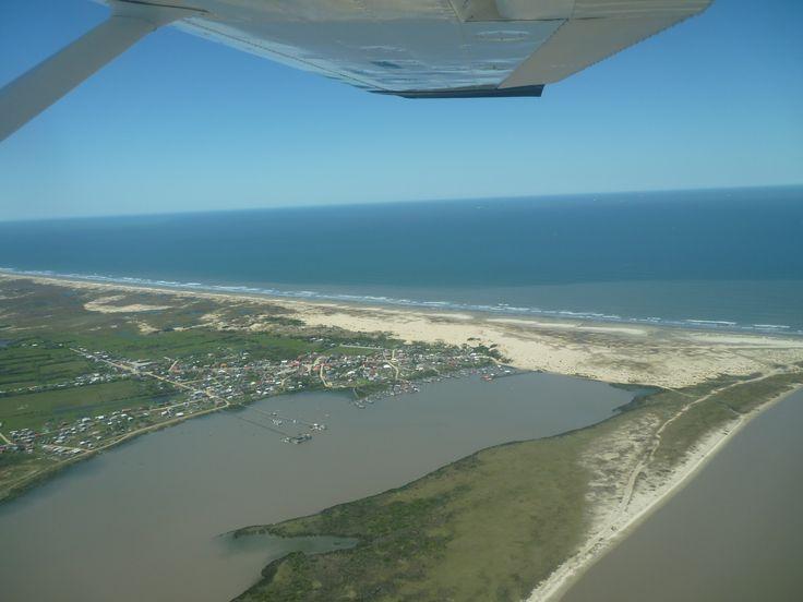 Agua mais azul é Oceano Atlantico, Praia do Mar Grosso. abaixo é vila da Povoação da Barra