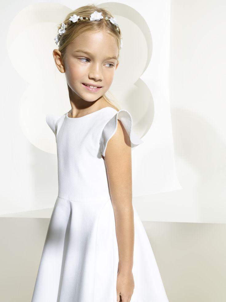 Jacadi présente un modèle de robe blanche esprit couture imaginée dans son atelier parisien... Idéales pour les fêtes ou les mariages ou communion ...