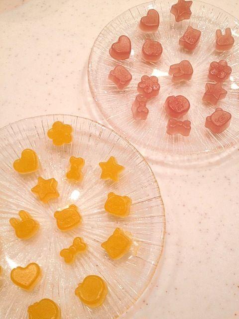 SnapDishに投稿されたはちさんの料理「子供と一緒に 手作りグミ」です。「グミ好きの子供達と手作りグミに挑戦しました 多少型からはみ出しても意外とへっちゃらなのね とっても簡単なので お子さんと一緒にぜひどうぞ」子供と一緒に グミ 手作り