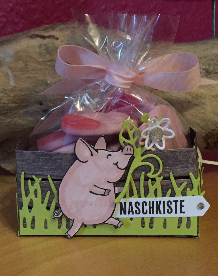 """Rückseite meiner kleinen Naschkiste mit Produkten von Stampin Up. Benutzt habe ich das Stempelset """"Glücksschweinchen"""", die """"Wood Crate Framelits"""" und das super schöne Designerpapier im Block """"Holzdekor"""". Und wie soll es anders sein, die passenden Gummischweinchen in der Verpackung. Schaut doch einfach mal auf meiner Seite auf Pinterest vorbei oder bei Interesse schreibt mir eine Mail Melanie@Stempelengel.de."""