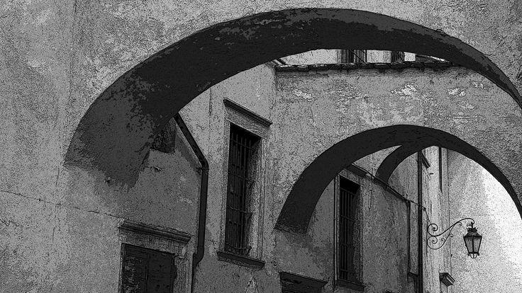 L'albergo diffuso si é rivelato particolarmente adatto per valorizzare borghi e paesi con centri storici di interesse artistico od architetonico, che in tal modo possono recuperare e valorizzare, vecchi edifici chiusi e non utilizzati ed al tempo stesso possono evitare di risolvere i problemi della ricettività turistica con nuove costruzioni.