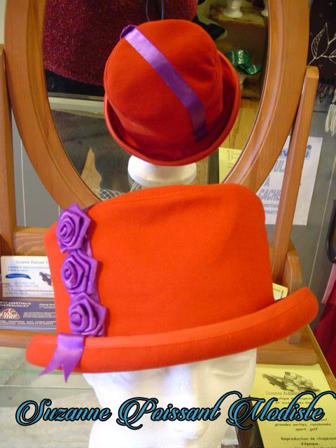 """Chapeau de denim rouge pour ces dames de la """"Red hat Society"""" Création Suzanne Poissant Modiste"""