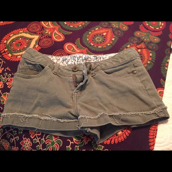 Rue 21 army green shorts. Look brand new! These shorts are super cute! They are an army green color and are very flattering. Size 0/1 Rue 21 Shorts
