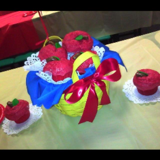 Snow white cupcake centerpiece ella s first birthday