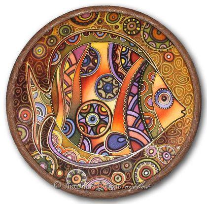Батик `Рыбка в коричневых тонах`. Жизнерадостная рыба. Посвящается всем тем, кто родился в марте    Прекрасных Рыб Юпитер наградил  Здоровьем крепким и удачей.  Они полны энергии и сил,  Легко решают сложные задачи.    Авторская работа.