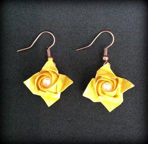Lindo par de brincos com rosas kawasaki feitos com papel diamond amarelo e poá branco, com uma perolinha ao centro. Cada rosa mede cerca de 2 cm. As rosas são confeccionadas pela origamista Marta Ide. http://martaorigamis.wordpress.com/ R$ 27,00