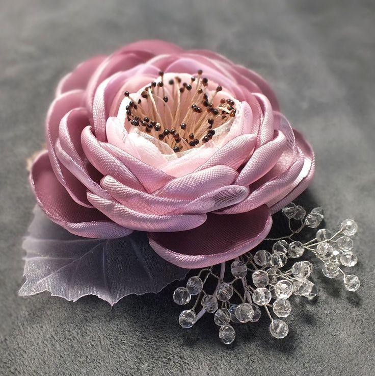 Купить или заказать Утро Ледяной Розы. Брошь - цветок ручной работы в интернет-магазине на Ярмарке Мастеров. Брошь - цветок ручной работы из ткани. Лепестки, серединка и листья ручной работы. Бусины - гранёное стекло. Металл цвета серебра. Светло-розовый холодный оттенок, который ещё называют ' пыльная роза ', к серединке переход цвета к очень светлому, почти белому, розовому оттенку.