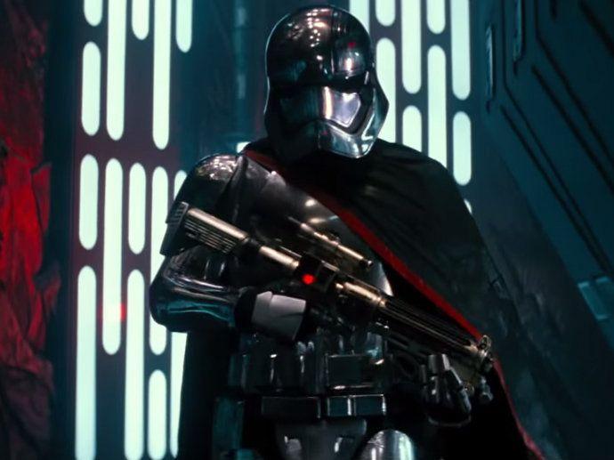 """Kylo Ren - Darth Vader deve ser lembrado pelos espectadores na figura de Kylo Ren. O vilão comandará a Primeira Ordem, facção militar e política que surge das cinzas do Império do Mal, e que terá relações com o famoso lorde Sith. """"Ren sabe bem o que aconteceu no passado e isso é basicamente uma parte da história do filme"""", contou o diretor à revista americana Entertainment Weekly. A própria máscara do vilão, segundo Abrams, será uma reverência à Vader."""
