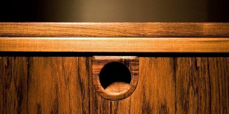 Как замаскрировать царапины на мебели Красящие свойства кофе могут пригодиться в маскировке царапин и потертостей на деревянной мебели. Для этого нужно приготовить насыщенный кофейный раствор из проваренной гущи, окунуть в него ватный диск и втирать натуральный краситель в царапину, пока она не сольется с остальной поверхностью мебели. Этот рецепт работает только в случае с темной мебелью.