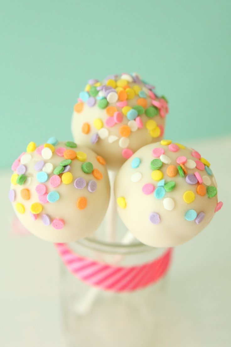 There is something about the confetti or funfetti that has to make you smile. You can't be sad while eating a confetti cupcake...it is a fact. This cakepop is inspired by those happy confetti cupca...