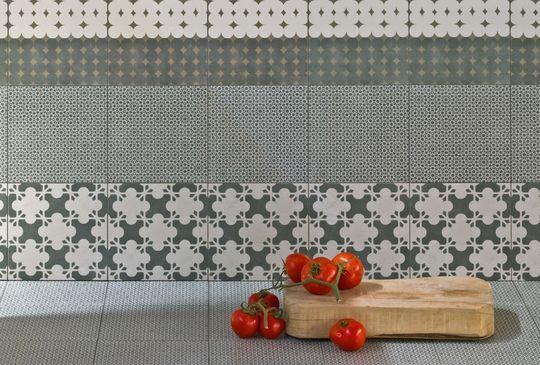 Crédence dans l'esprit carreau de ciment - Carrelage de cuisine : beau, créatif et résistant - CôtéMaison.fr