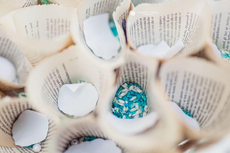 Riso colorato, petali e pagine di libro per festeggiare l'uscita degli sposi, colored rice to throw, petals and book pages cones