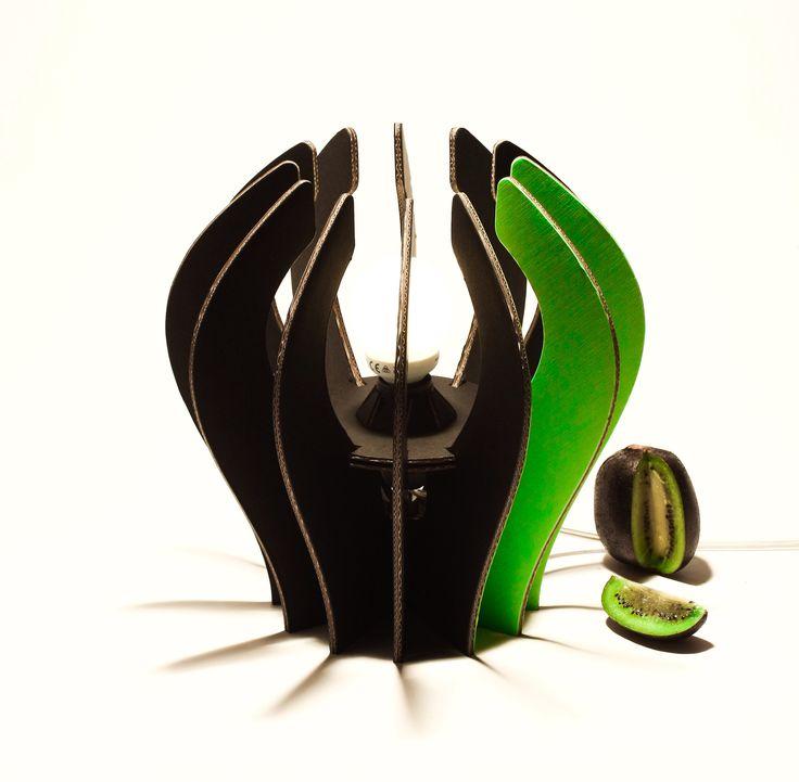 Kiwi lampada nera spicchio verde Eco lampada in cartone rivestito e rinforzato NERA con spicchio VERDE, completa di cablaggio (CE).   Only by www.maketank.it