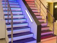 ŚWIATŁO NA METRY: Oświetlenie taśmami LED można wykorzystać do aranżacji przestrzeni mieszkalnych. Niektóre diody LED dają mocne światło o dużym zasięgu.