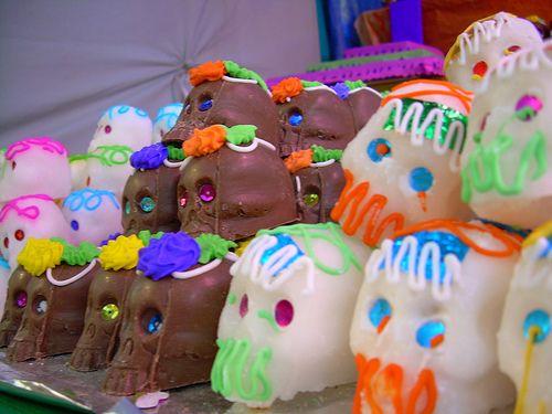 El Dia De Los Muertos: How to Make Day of the Dead Sugar Skulls (http://www.surfandsunshine.com/how-to-make-day-of-the-dead-sugar-skulls/)