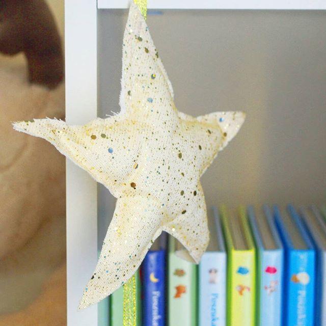 Takie piękne ozdoby od @la_miukka polecają się na święta i nie tylko 😉 #lamiukka #gwiazda #star #bookforkids #bookstagram #pokojSmoka #pokoj #instaroom #kidsroom #wystrojwnetrz #handmade #dekoracje #mikolajkiwgrodziekraka