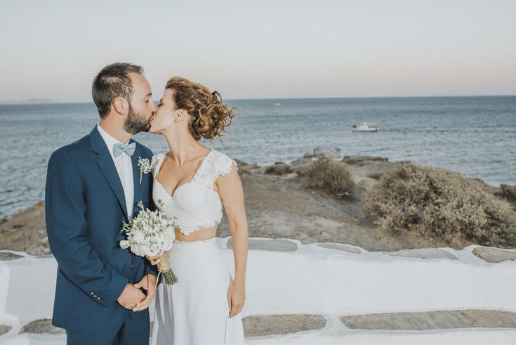 lafete Sifnos, Cyclades, white, bouquet, kiss, happy couple