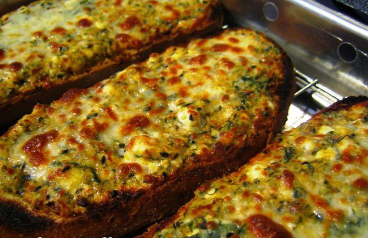YAPILIŞI:   Genişçe bir kapta yumurtaları çırpın. İçine beyaz peyniri ve rendelenmiş kaşar peynirini ekleyin. Yoğurdu, margarini, dereotunu ve baharatları ekleyip iyice karıştırın. Karışımı, dilimlenmiş ekmek dilimlerine sürüp, üzerine kaşar peyniri serpin.  MALZEMELER: 10 dilim ekmek 2 yumurta Yarım kalıp beyaz peynir (çatalla ezilmiş) 1 ...