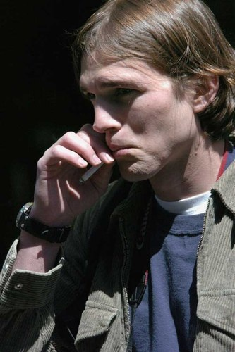 Ashton Kutcher looks ugly when he smokes