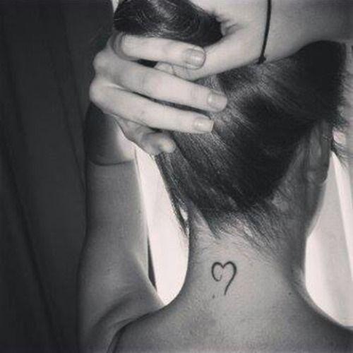 Lurdes Correderas nos manda este pequeño tatuaje de un corazón en la nuca.