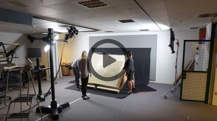 Para digitalizar o Klencke Atlas, a Biblioteca Britânica usou um estúdio, luzes e uma câmera estrategicamente posicionada para...
