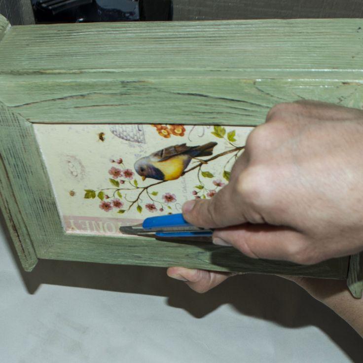 17  Если наша распечатка  хорошо высохла, то можно   канцелярским ножом убрать  лишнее по краям приклеенной картинки. Для этого проводим осторожно острым ножом по линии среза.Таким образом остатки бумаги  без труда отклеются и их легко можно убрать ножом.