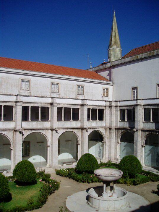 Der große Kreuzgang im Kloster von Madre de Deus in Lissabon. - Cloister in Madre de Deus convent in Lisbon / Lisboa.  www.claudoscope.eu