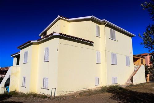 Affare!! 93.000 Euro !!!  Vendesi ampio quadrivano all'ultimo piano e libero su quattro lati. L'immobile si trova all'interno del Borgo budonese di Limpiddu. Composto da soggiorno-angolo cottura con veranda vista mare angolo cottura con bancone in granito e caminetto. 3 camere da letto e bagno. Venduto completo arredato.   #sardegna #occasione #immobiliare #vendita #case #appartamenti #vista #mare #agenzie #budoni #santeodoro #attico
