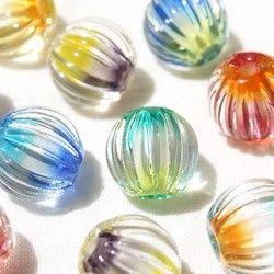 3色のカラーガラスをスパイラル状に配置したとんぼ玉のかんざしです。見る角度によって色の見え方が変わり、重なり合うガラスから新しい色が生まれるたのしいかんざしです♪スパイラル状のひだはつるりとした凹凸になっています。光を集め、空の下では美しく輝きます☆●ご注文方法●番号またはカラーを備考欄にご記入ください。ご希望の方にかんざし使い方説明書を同封しています。備考欄にてお知らせください。●カラー●〔1 ピーコック〕パーツ:銀〔2 グレー〕パーツ:銀〔3 ブルーベリー〕パーツ:金〔4 アンバー〕パーツ:金〔5 レッド〕パーツ:金●サイズイメージ●全長…150mm、使用玉…20mm ※手作りですので数ミリ程度前後します●素材●ガラス・金属●ご注意ください●写真は仕上りイメージです。手づくりですので、実際の作品と形状・模様の出方等に若干違いが生じます。○透明 多色 浴衣 玉簪 硝子 和 ○