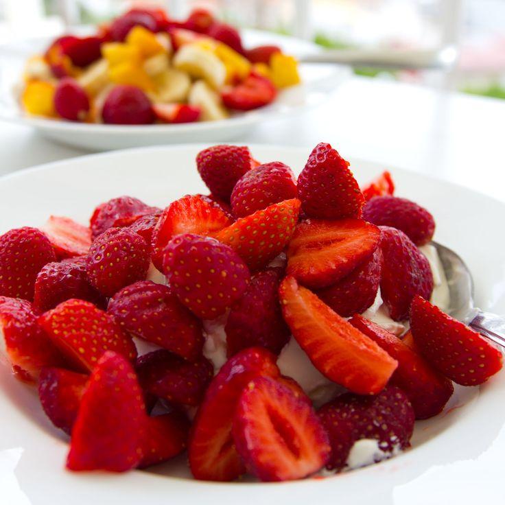 Efterrätt med jordgubbar till midsommarfesten.