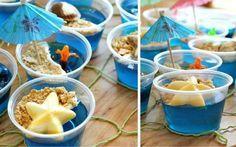 As porções de gelatina azul são decoradas como se fossem um pedacinho de mar: farofa de castanha de caju e estrelas do mar de chocolate branco completam o prato. Foto: Pinterest/ Casey Holly