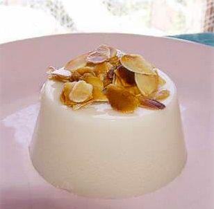 La ricetta del biancomangiare, dolce tipico siciliano al cucchiaio preparato con latte vaccino o latte di mandorle, zucchero e amido per dolci e cannella.