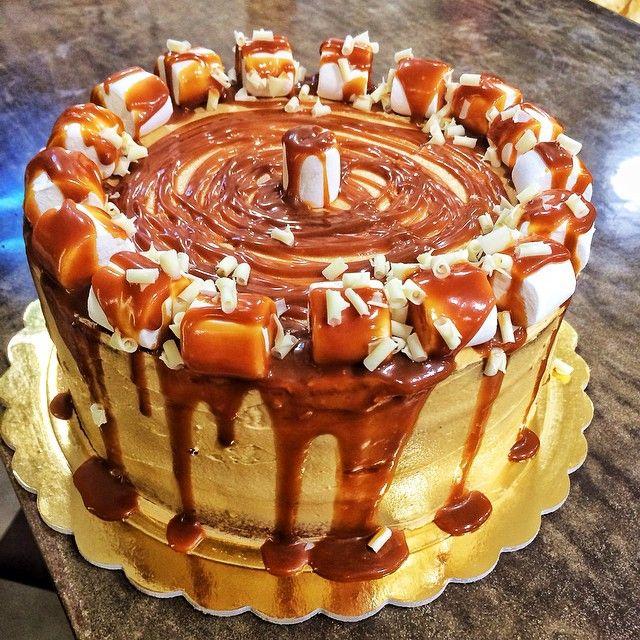 Birthday Cake γεμάτο καραμέλα! Καλη εβδομαδα!
