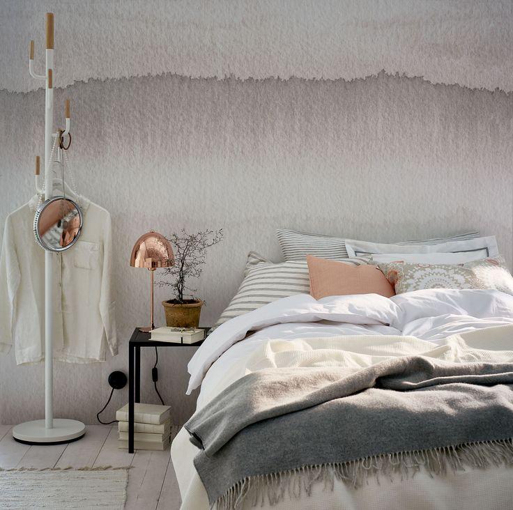 Härligt sovrum med slitna effekter på väggen. Färg från Jotun. Koppardetaljen skapar lite värme och fångar också upp sobert aprikos. Grymt snyggt!