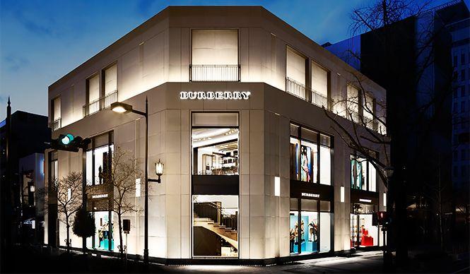 「BURBERRY(バーバリー)」が、国内で5店舗目となる路面店を大阪・心斎橋の御堂筋にオープン。「バーバリー プローサム」をはじめとするコレクションが一堂に揃う、国内最大級のショップだ。