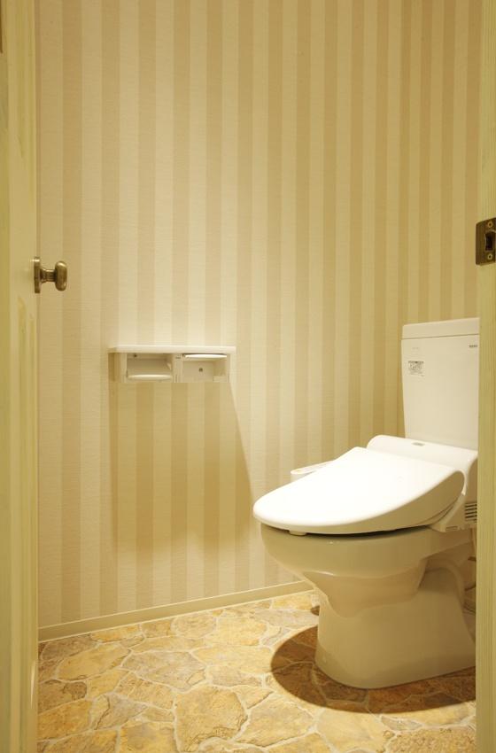清潔感のあるトイレ。同系色の縦のストライプに、さりげないおしゃれ心が感じられます。