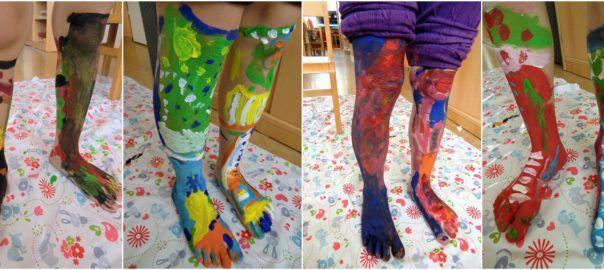 Namaluj si ponožky - namalovat kamarádovi bláznivě barevné ponožky přímo na jeho tělo (body-art)