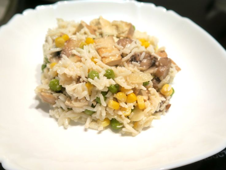 Rýže s tofu, žampiony, kukuřicí, hráškem a vegan parmazánem / Rice with tofu, mushrooms, corn, pea and parmesan