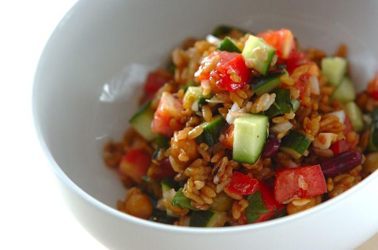 フレッシュトマトのみずみずしさが魅力のサラダライス。暑くて食欲がない時も、これならするりとおなかに収まってくれます。フレッシュトマトと雑穀米のサラダごはん[洋食/米料理(リゾット等)]2012.07.30公開のレシピです。