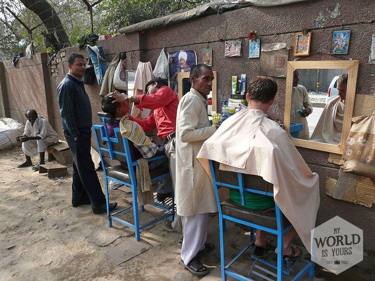 Langs een drukke doorgaande weg naar de #kapper gaan. Het kost je nog geen vijftig cent en als man word je hiervoor gekapt en tot op de millimeter precies geschoren. Met piekfijne scheiding en een zijdezacht blotebillengezicht word je afgeleverd. Reken wel op een groot publiek. #India  #haircut #Delhi