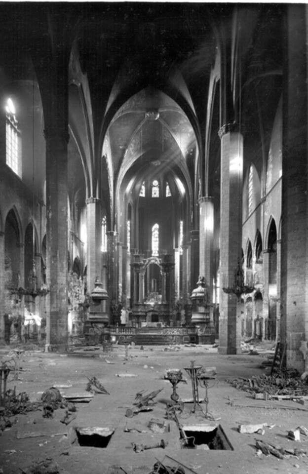 Santa María del Mar, una de las iglesias más hermosas de Barcelona, destrozada por los efectos de La Guerra Civil Española de 1936-1939.
