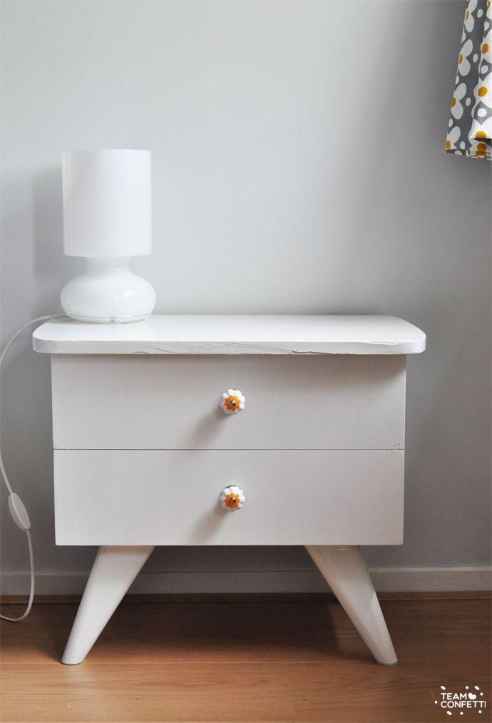 Twee weken geleden maakte ik een paar schetsen in photoshop om te kijken hoe verschillende kleuren en meubels in onze slaapkamer zouden staan. Over de muur werd nog getwijfeld, maar de nachtkastjes waren meteen duidelijk: die moesten wit! En we hebben ze zowaar al af! (fantaseren kan ik als de beste, maar de uitvoering laat…