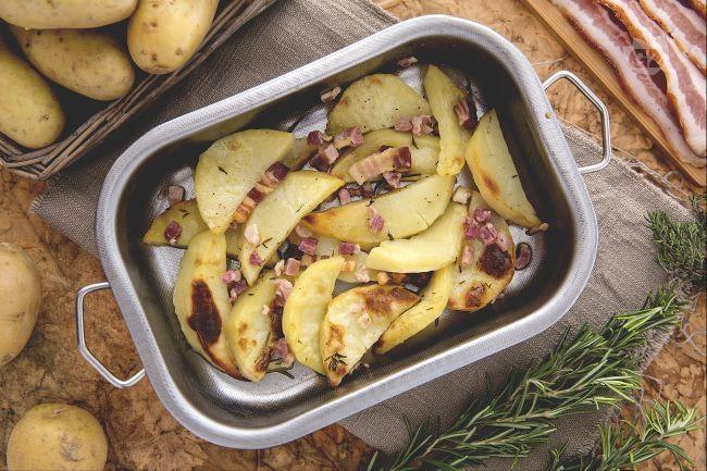 Ricetta Spicchi di patate al forno con pancetta - Le Ricette di GialloZafferano.it