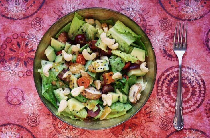 Unseren Clean Eating Powersalat findet ihr jetzt als Gastrezept bei Eat, Train, Love. Mit Früchten, Süßkartoffeln und knackigem grünen Salat kriegt bei uns der Winter eine Sommerpause