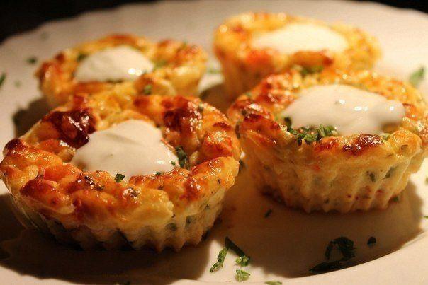 Еще больше рецептов здесь https://plus.google.com/116534260894270112373/posts  Мини-запеканки  Ингредиенты:  - 200 г творога (посуше) - 50-70 г сыра - 1 помидор средней величины - 2 столовые ложки рубленной зелени (петрушка, базилик) - 2 яйца  Приготовление:  1. Творог растереть с яйцами, добавить нарезанный кубиками помидор, зелень, тертый на крупной терке сыр. 2. Выложить массу в формочки для кексиков (идеально - силиконовые), заполняя их полностью, даже чуть с горкой. 3. Поставить в…