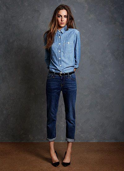 【ブルー×ネイビーの爽やかなグラデーションが素敵♪】 シャンブレーシャツとジーンズを組み合わせた、シンプルで春らしいコーディネート。  全体的にボーイッシュなので、黒パンプスでシック&女性らしく引き締めたり、ロールアップをして野暮ったさを解消していたりと、シンプルながらオシャレポイントが色々使われています☆  ちなみに足元をスニーカーにすればスポーティに。ママと子供の公園コーデにもなります。
