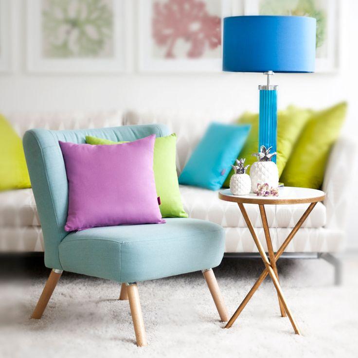 Стиль 60-х — это стиль mid-century modern, у которого есть несколько своих особенностей. Это мебель на тонких расставленных в разные стороны ногах; яркие цвета теплых тонов: терракотовый, оранжевый, горчичный, коричневый, болотно-зеленый; модернистские узоры на разных деталях интерьера и другие характеристики. Все эти детали гармонично сочетаются в интерьере.