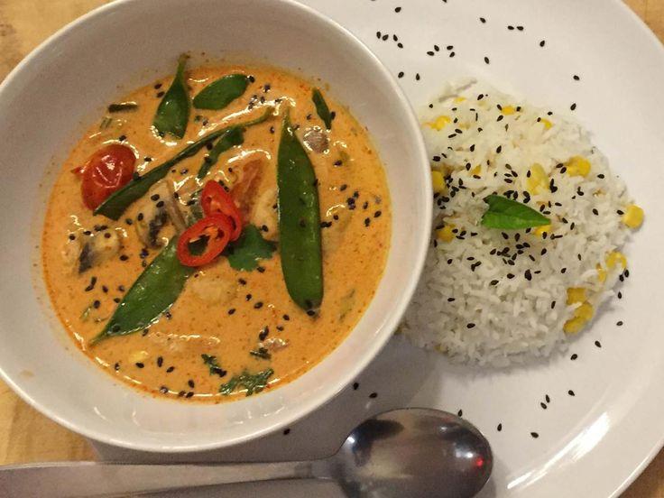 Red-Thai-Chicken-Curry mit Kokos-Mais-Reis - Rezept - kochbar.de