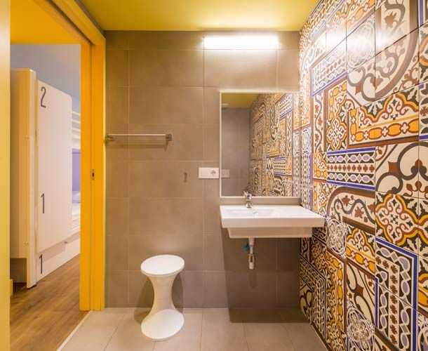shared room with private bathroom at generator hostel barcelona generator hostel barcelona. Black Bedroom Furniture Sets. Home Design Ideas